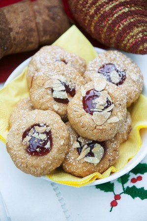 jam biscuits: Husarenkrapfen (frollini marmellata biscotti) con mandorle affettate