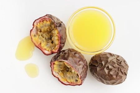 jugo de frutas: Zumo de fruta de la pasi�n y fresca fruta de la pasi�n roja LANG_EVOIMAGES