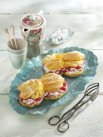 pastes: Eclairs with rhubarb cream LANG_EVOIMAGES