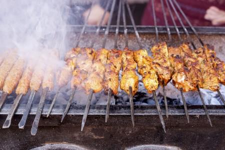 afrique du nord: Brochettes de viande grill�e sur un march� en Afrique du Nord LANG_EVOIMAGES