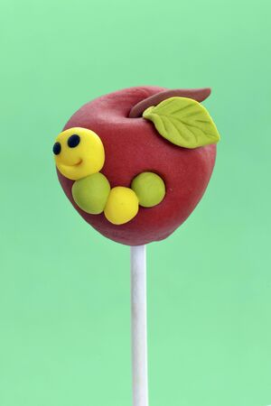 solo form: A cake pop designed to look like an apple LANG_EVOIMAGES