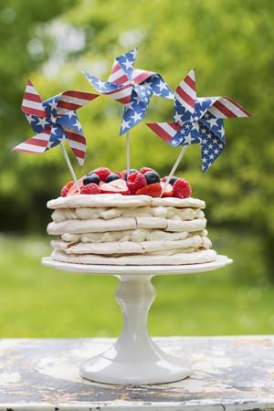 pinwheels: Meringue layer cake with berries and US-flag pinwheels