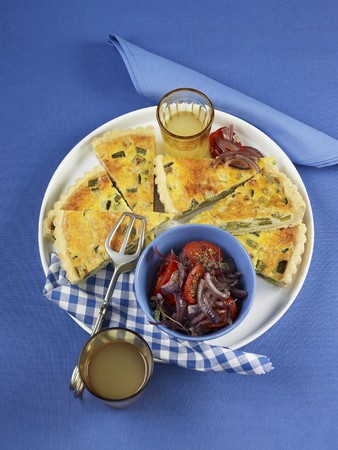 cocozelle: Courgette quiche with tomato and onion salad