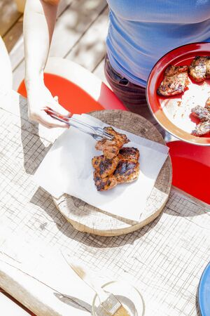 barbecues: Barbecued chicken pieces