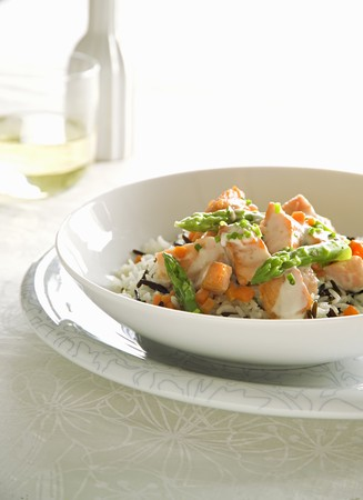 Salmon with asparagus and a cream sauce on a bed of rice LANG_EVOIMAGES