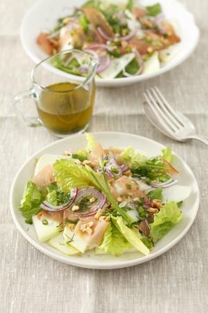 rabi: Salad with kohlrabi, ham and walnuts