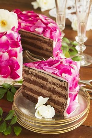 to cake layer: Torta celebrativo strati di petali di rosa
