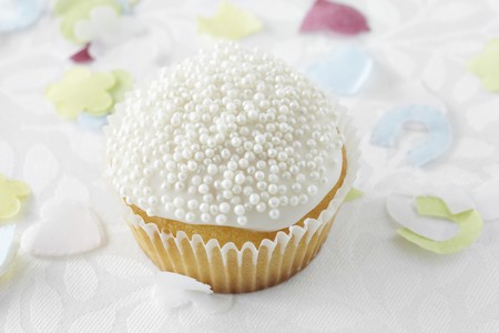 dragees: Cupcake with sugar pearls for a wedding LANG_EVOIMAGES