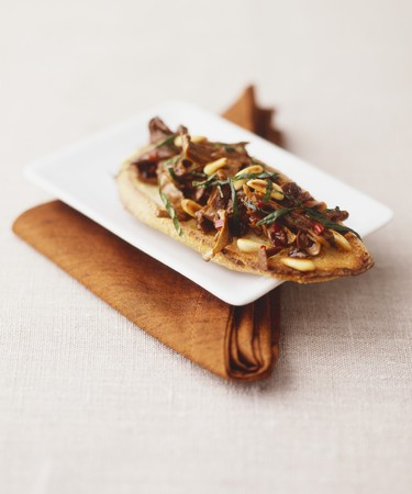 pine kernels: Crostini with sundried tomatoes and anchovies