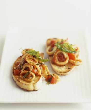 calamares: Crostini with calamari and tomatoes LANG_EVOIMAGES