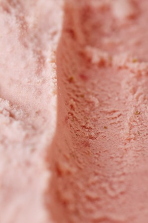 parlours: Track left by an ice cream scoop in fresh home-made strawberry ice cream LANG_EVOIMAGES