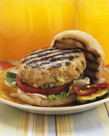 hamburguesa de pollo: Hamburguesa de pollo asado a la parilla en un bollo