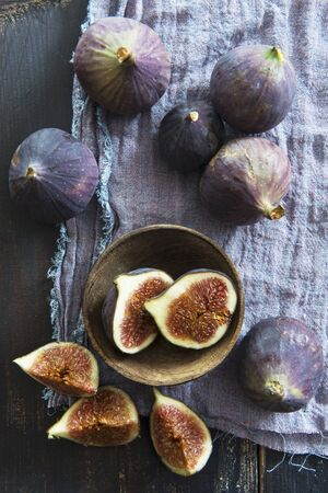 quartered: Fresh red figs, whole, halved and quartered