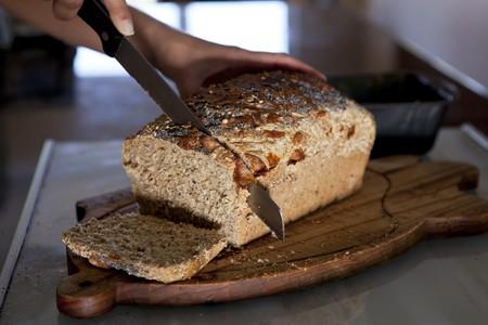 multi grain sandwich: Freshly baked bread being cut LANG_EVOIMAGES