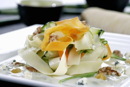 cocozelle: Vegetable pasta with nuts and blue cheese