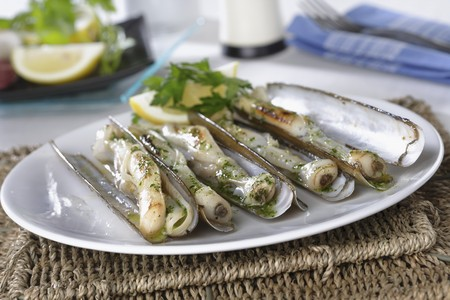 petroselinum sativum: Grilled razor clams with garlic and parsley *** Local Caption *** Navajas a la plancha con ajo y perejil