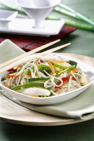 chinos: Wok with vegetables and Chinese noodles (vertical) *** Local Caption *** Wok de verduras y fideos chinos (vertical) LANG_EVOIMAGES