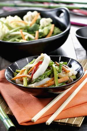 calamares: Wok vegetables with squid (vertical) *** Local Caption *** Wok de verduras con calamares (vertical)