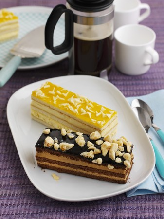 pokey: A honeycomb slice and a lemon slice with coffee