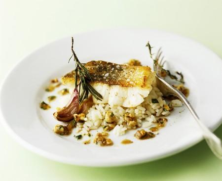 filete de pescado: Filete de pescado en el arroz con romero y ajo