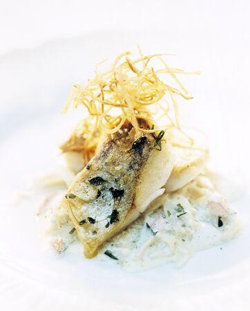 filete de pescado: Filete de pescado frito con cebollas fritas