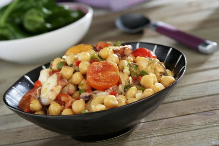 chickpeas: Chickpeas with tomatoes, octopus and mussels