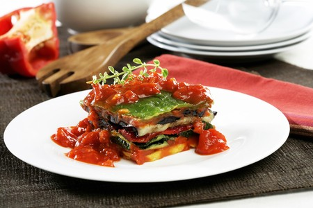 broiling: Layered grilled vegetables with tomato sauce LANG_EVOIMAGES
