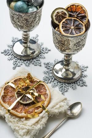 감귤류의 과일: 크리스마스 장식으로 말린 감귤류 LANG_EVOIMAGES