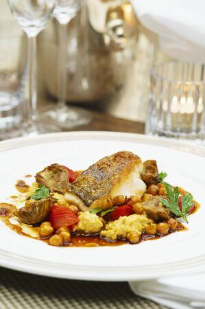 filete de pescado: Filete de pescado con alcachofas y garbanzos