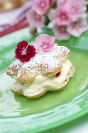 free me: Choux pastry filled with cr�me p�tissi�re and topped with edible flowers LANG_EVOIMAGES