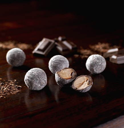 champagne truffles chocolate: Several champagne truffles, whole and halved LANG_EVOIMAGES