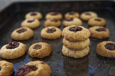 jam biscuits: Biscotti di marmellata su una teglia LANG_EVOIMAGES
