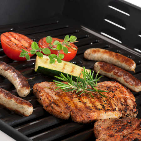 cocozelle: Pork steaks, sausages and vegetables on the grill LANG_EVOIMAGES