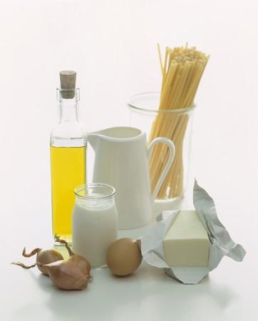 aliments: Une nature morte de produits alimentaires comportant lait, le yaourt, l'huile, des p�tes, un ?uf et le beurre