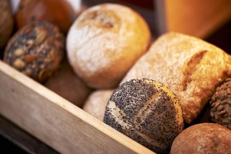 several breads: Assorted rolls on a bakery shelf LANG_EVOIMAGES