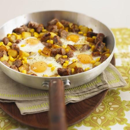 hash browns: Patate fritte con pezzi di salsiccia, mais e uova fritte LANG_EVOIMAGES