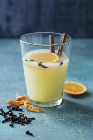 orange peel clove: Speziato mela e satsuma pugno con chiodi di garofano, cannella e buccia d'arancia