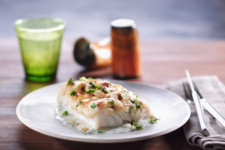 food: Fillet of fish topped with cheese and almonds and grilled in the oven LANG_EVOIMAGES