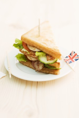 uk cuisine: Toasted club sandwich with bacon, cucumber and tomato (England) LANG_EVOIMAGES