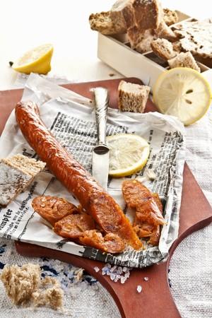 lemon slices: Fatto in casa pesce salsiccia sul giornale con fette di limone e pane