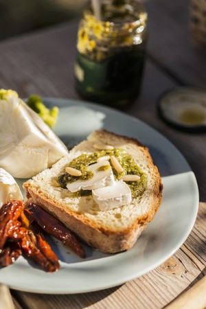 pine kernels: Bruschetta al pesto e formaggio (toast with pesto and Camembert) LANG_EVOIMAGES