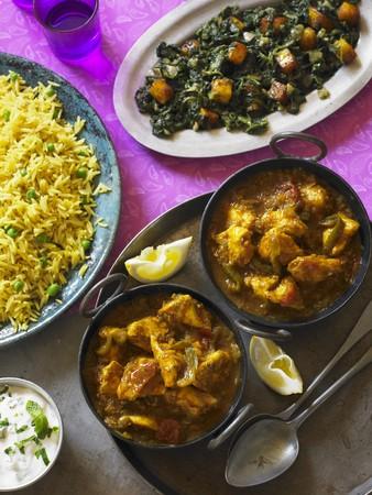 chicken curry: Huhn Balti (H�hnercurry, Indien) mit Spinat und Safranreis LANG_EVOIMAGES