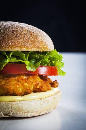 hamburguesa de pollo: Hamburguesa de pollo con tomate