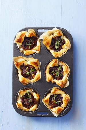 pastes: Puff pastry tartlets with sundried tomatoes, caramelised onions and thyme LANG_EVOIMAGES