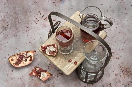 non alcoholic beverage: Pomegranate juice and fresh pomegranates LANG_EVOIMAGES