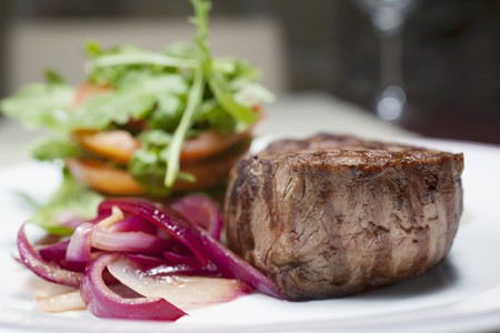 arugola: sirloin steak with red onions, tomatoes and rocket leaves