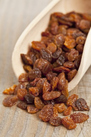 wooden scoop: Sultanas on a wooden scoop (close-up) LANG_EVOIMAGES
