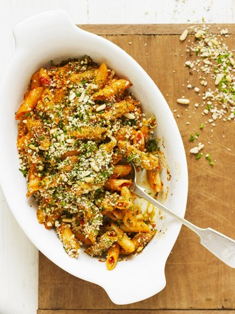 pine kernels: Gratinated penne with tomatoes, breadcrumbs and pine nuts