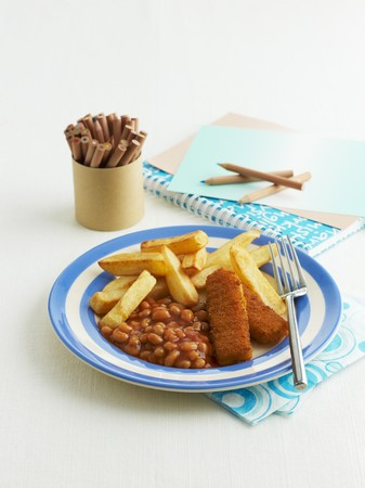 uk cuisine: Fish fingers with baked beans and chips LANG_EVOIMAGES