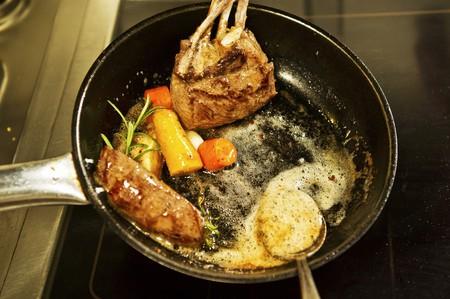 sautee: Cervo con le verdure e le erbe di essere fritto in padella